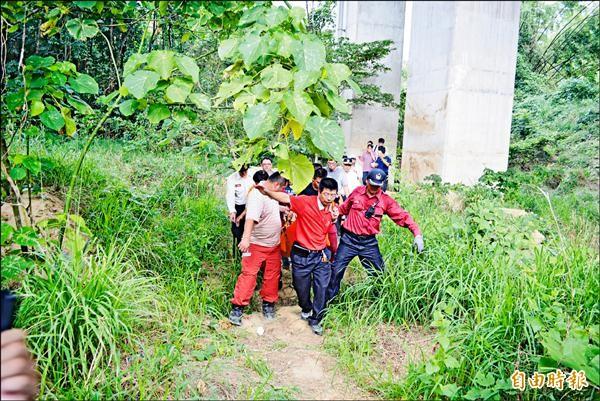 消防人員運送阿嬤下山,沿途路況不佳。(記者湯世名攝)