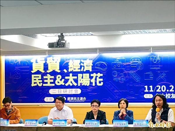 第十二輪兩岸貨貿協議談判今舉行,主婦聯盟環境保護基金會秘書長賴曉芬(右三)表示,中國是食安高風險的國家,加上我國邊境管理非常糟,貨貿絕對不能過。(記者鄭琪芳攝)