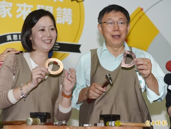 北市長柯文哲(右)21日出席「熱情青創家X柯P思瑤來讚聲」(台北青創產業發展大家開講)記者會,和市議員吳思瑤(左)一起體驗金工飾品的施作。(記者廖振輝攝)