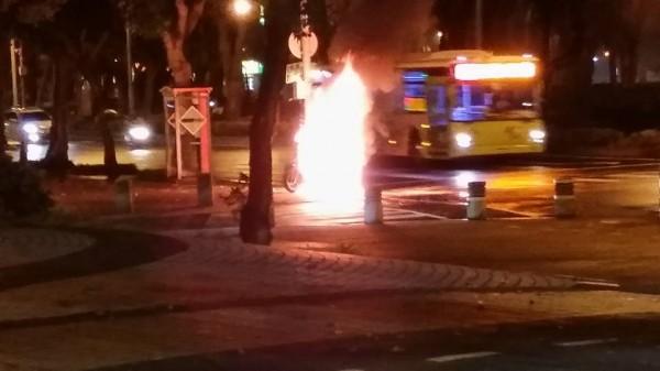 擺放在路邊的摩托車突然起火。(擷取自爆料公社)