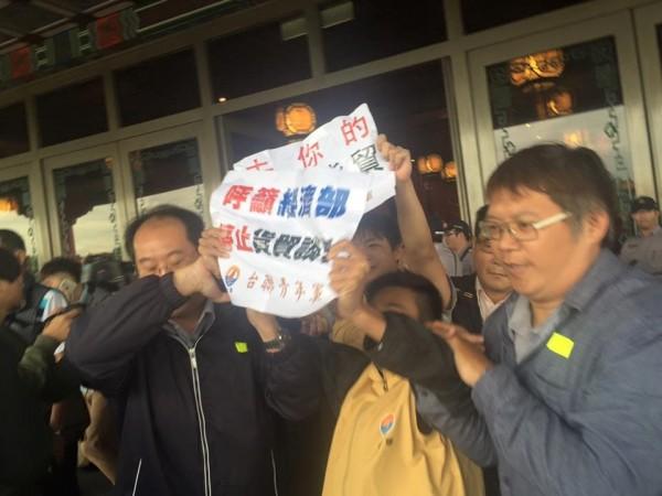 台聯青年軍一度闖入圓山飯片,但被警方架離。(圖擷自「台聯青年軍」臉書)