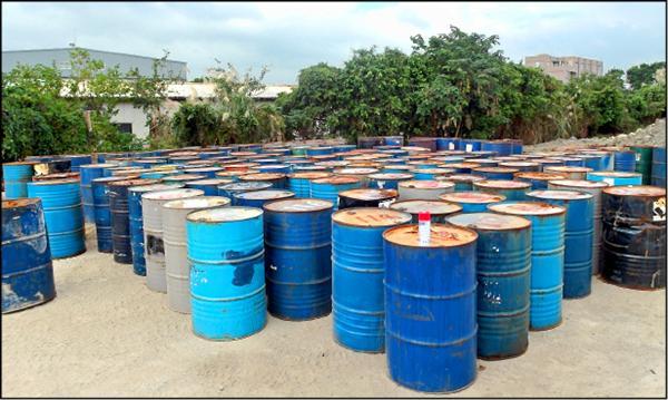 現場共查獲324桶廢棄物。(記者鄭淑婷翻攝)