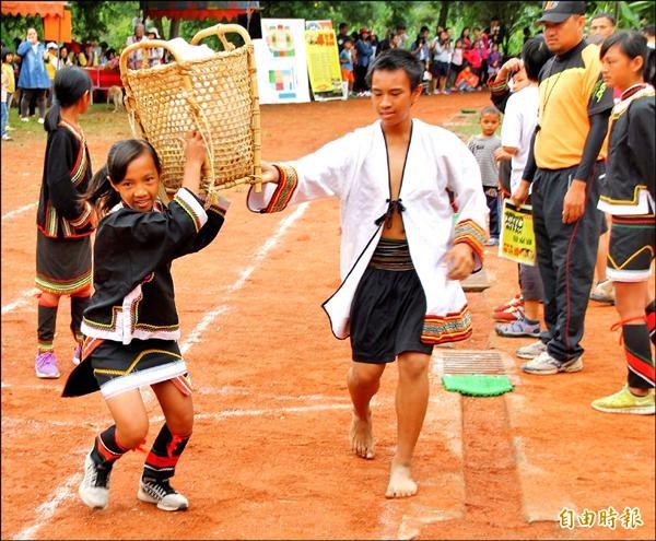 背籃接力比賽,小朋友不懂傳統背法,扛著竹籃就跑。(記者佟振國攝)