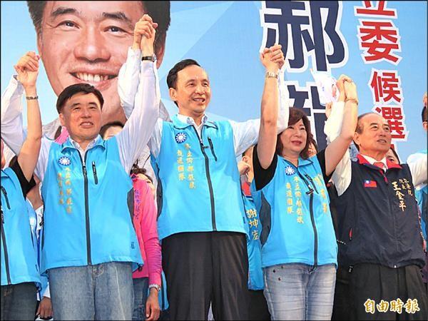 國民黨總統參選人朱立倫(左二)、基隆立委參選人郝龍斌(左一)在基隆市和平廣場舉行聯合競選總部成立大會。(記者林欣漢攝)