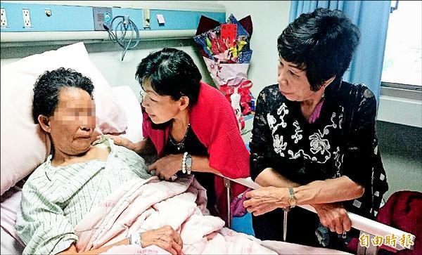 歷險7天有人陪?阿嬤虛弱躺在病床上,僅能點頭、搖頭示意。(記者湯世名攝)