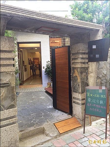 台南市有許多老屋改成民宿,但因位在市區屬非法營業,業者只能低調宣傳。(記者黃文鍠攝)