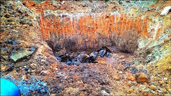 開挖後發現大量銅污泥。(記者鄭淑婷翻攝)