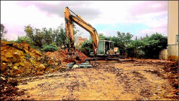 檢警會同環保局人員開挖農地。(記者鄭淑婷翻攝)