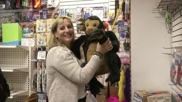 紐約無家可歸服務處(New York's Department of Homeless Services)工作人員說,這是有史以來第一次有人買下整間玩具店的玩具,送給這些孩子們。(圖擷自Metro)