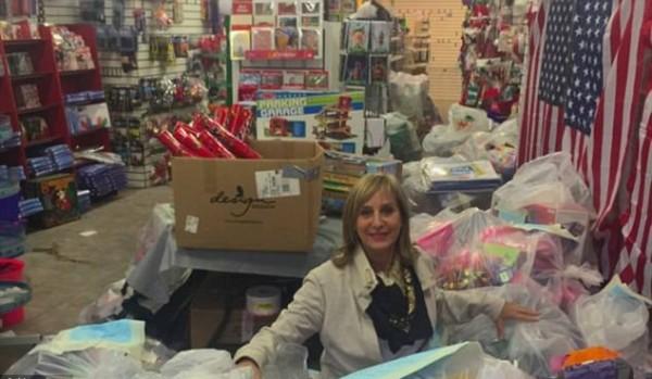 美國紐約一名婦人舒曼(Carol Suchman)日前購買了一整間店的玩具給孤兒院孩童。(圖擷自Metro)
