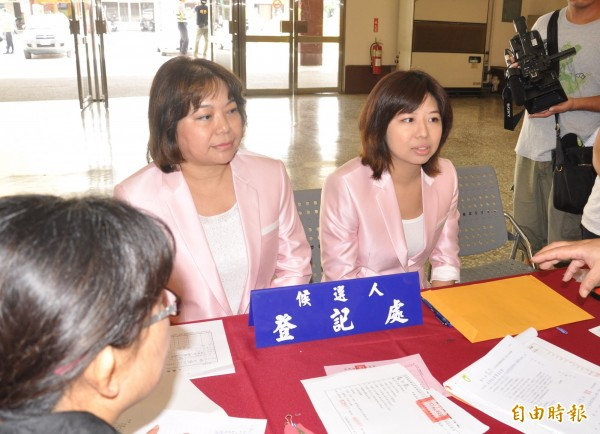 黃玉燕(左)、周書涵(右)母女黨登記參選一、二選區立委。(記者彭健禮攝)