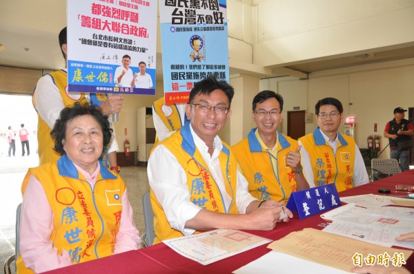 康世儒(左二)強調他不分藍綠,全面服務。(記者彭健禮攝)