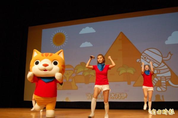 第二屆台灣動畫盃在台南市新營文化中心開幕,台灣動畫「小貓巴克里」表演,帶動現場歡樂氣氛。(記者王涵平攝)