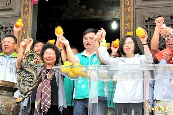 蔡英文、賴瑞隆和陳菊共同拿著黃色小鴨高呼「高雄九席全上、國會過半」。(記者黃建華攝)