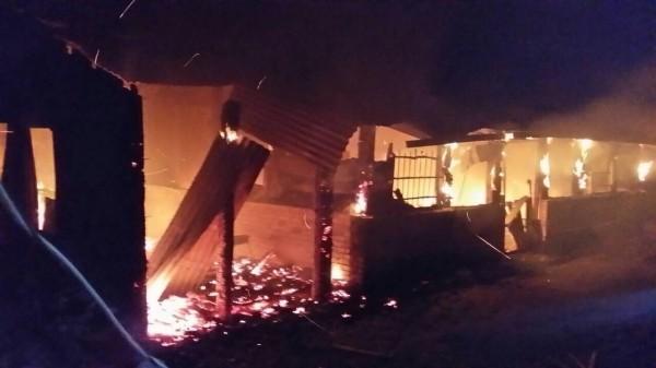 工寮大火,所幸無人傷亡。(圖由民眾提供)