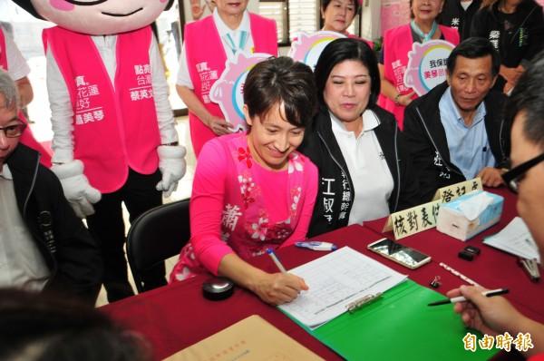 蕭美琴在民進黨黨公職人員陪同下,到選委會辦理區域立委登記。(記者花孟璟攝)
