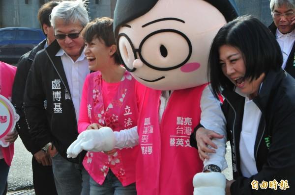 蕭美琴(左)拉著「小英主席分身」布偶,開心走進花蓮縣選委會登記,強調「對選情有信心」。(記者花孟璟攝)
