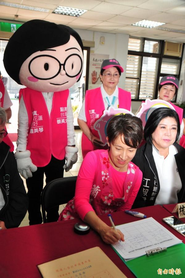 蕭美琴在選委會登記時,分身小英主席在後面「立正站好」,畫面逗趣,現場支持者頻呼「主席要不要坐下」?!(記者花孟璟攝)