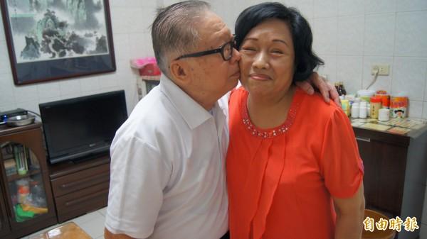 82歲的林塗生和74歲的林鄭寶鳳結婚長達56年,獲選為新北市政府104年度金鑽婚楷模。(記者張安蕎攝)