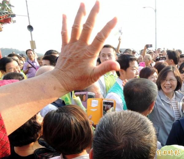 民進黨總統參選人蔡英文前往南投縣名間鄉受天宮參拜,受到鄉親熱烈歡迎。(記者謝介裕攝)