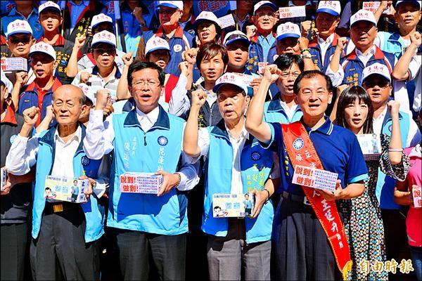 國民黨提名立委參選人王廷升(前排右一)昨完成登記。(記者游太郎攝)