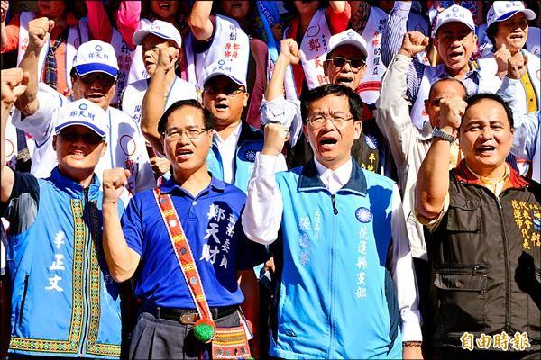 國民黨提名平地原住民立委參選人鄭天財(前排左二)昨完成登記。(記者游太郎攝)