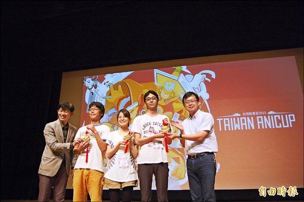 第二屆台灣動畫盃在台南市新營文化中心開幕,南市文化局長葉澤山(左一)、台南市議員李退之(右一)致贈紀念品給日本參賽選手。(記者王涵平攝)