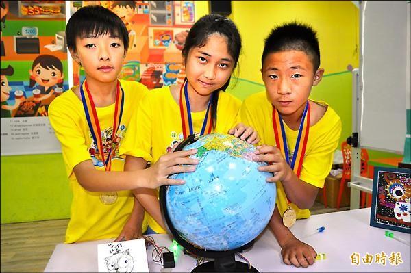 桃園東安國中劉恩(右起)、黃子芳與東興國中吳建宏,就讀東安國小時共同發明光纖地球儀。(記者周敏鴻攝)