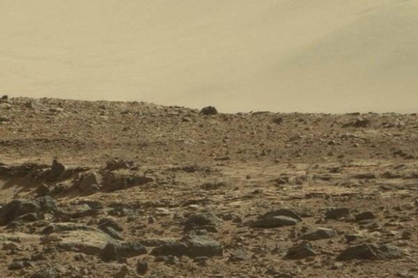 這個位於火星隕石坑山丘上的黑影有92公分長。(圖擷自SWNS)