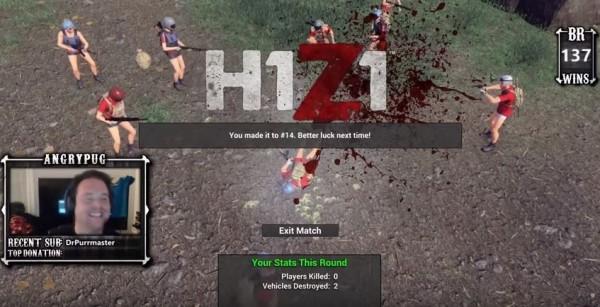 實況主在遊戲中被人擊倒,中國玩家們見獵心喜,一群人開槍掃射倒在地上的實況主。(圖片擷取自「Angrypug」的YouTube)