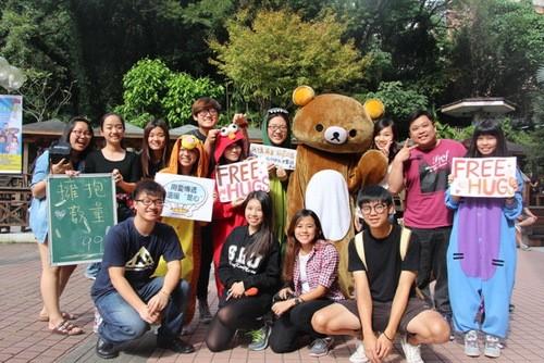 世新大學舉辦「Free Hugs」快閃活動為罕見疾病兒童集氣。(截取自網路)