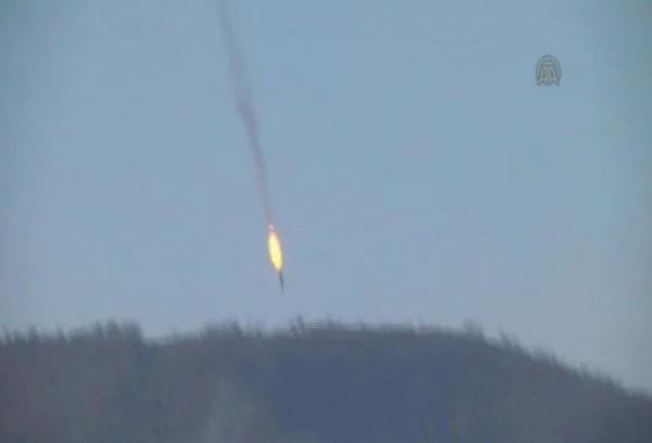 土耳其當地媒體指出,有架疑似隸屬俄羅斯的戰機,因侵犯了土耳其領空於24日遭該國擊落。莫斯科方面之後也證實是俄羅斯的蘇愷24戰機遭擊落。(圖擷自twitter)