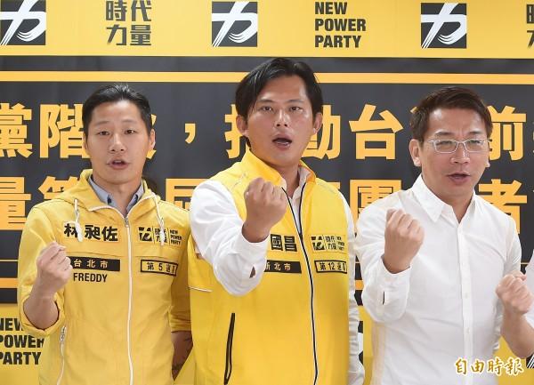 新興政黨時代力量的形象設計即是採用黃底黑字。(資料照,記者廖振輝攝)