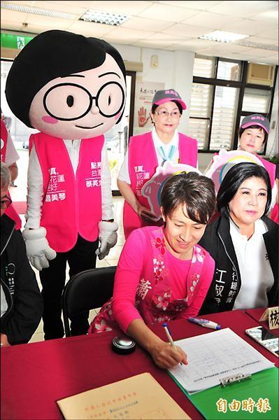 蕭美琴(前排左)在選委會登記時,分身小英主席在後面「立正站好」,畫面逗趣,現場支持者頻呼「主席要不要坐下」?!(記者花孟璟攝)