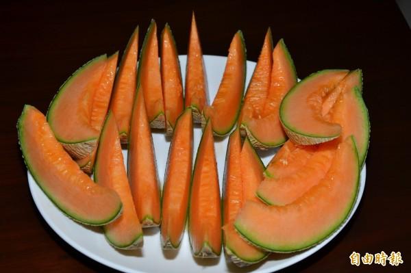 「高雄2號─橘后」果肉則是呈現橙色。(高雄農改場提供)