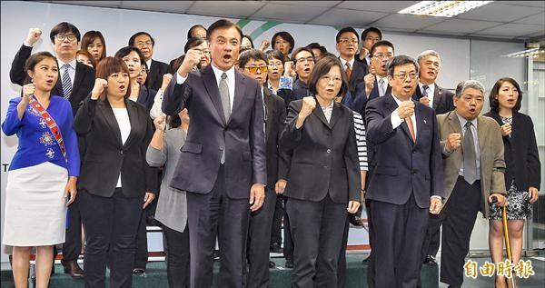 民進黨昨天介紹不分區立委被提名人,正副總統參選人蔡英文、陳建仁與被提名人一同高呼口號,訴求「國會過半、點亮台灣」。(記者劉信德攝)