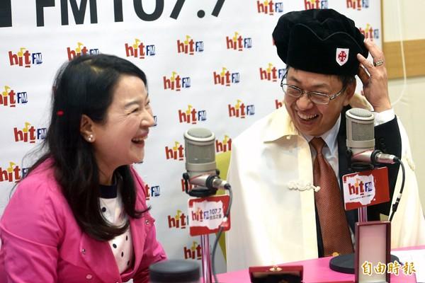 陳建仁(右)24日接受台北之音「蔻蔻早餐」主持人周玉蔻(左)專訪,特地帶自己的聖騎士帽子、掛袍及勳章上節目。(記者羅沛德攝)