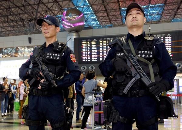 巴黎發生恐怖攻擊事件後,航警局在事件發生後加強桃園機場維安,霹靂小組特警持衝鋒槍在機場大廳巡邏。(記者朱沛雄攝)