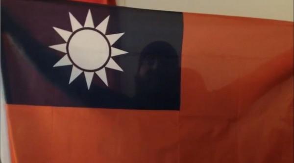 美國實況玩家「Angrypug」,在實況頻道中大秀台灣國旗。(圖片取自「Angrypug」的twitch)