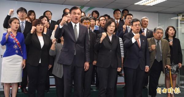 蔡英文、陳建仁昨召開記者會,正式對外介紹34名民進黨提名不分區立委,34人中只有20位是現任黨員,蔡英文表示:「這才是開放、多元。」(資料照,記者劉信德攝)
