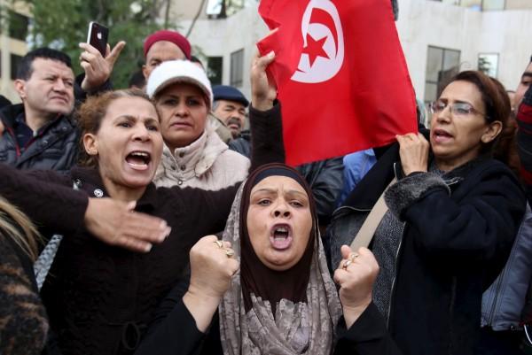 突國人民大喊口號,抗議恐怖組織在該國策動這起炸彈攻擊。(路透)