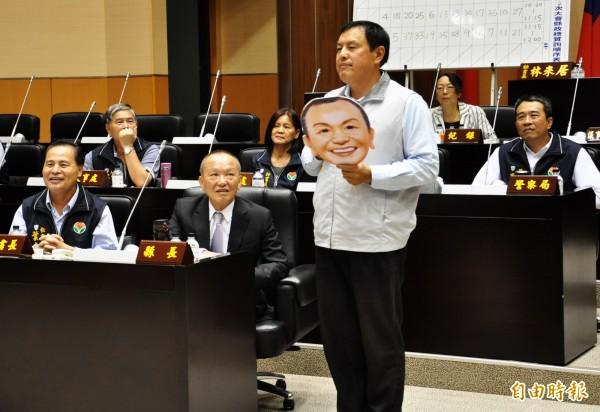 禹耀東於總質詢中,改編台語歌《追追追》,諷刺縣府財政問題。(記者彭健禮攝)