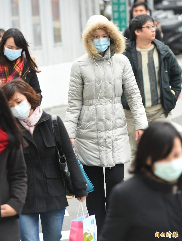 專家指出雖然冷氣團遲到了,但從今日晚間開始,民眾必須特別注意氣溫的變化,隨時準備好保暖的衣物。(資料照,記者張嘉明攝)