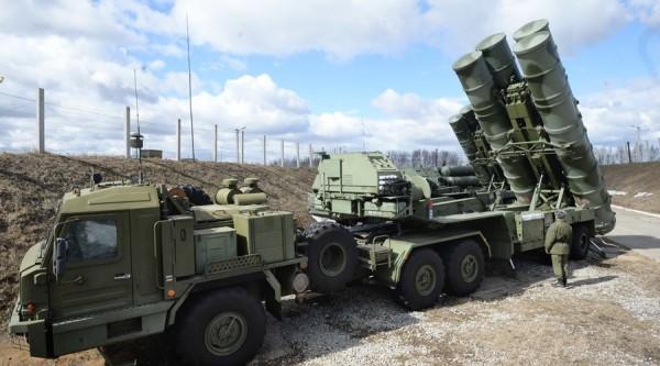 俄羅斯除強調未曾越界,也打算加強俄國於敍利亞港口城市拉塔基亞的軍事佈署,其中包含S-400防空導彈系統。(圖擷自RT)