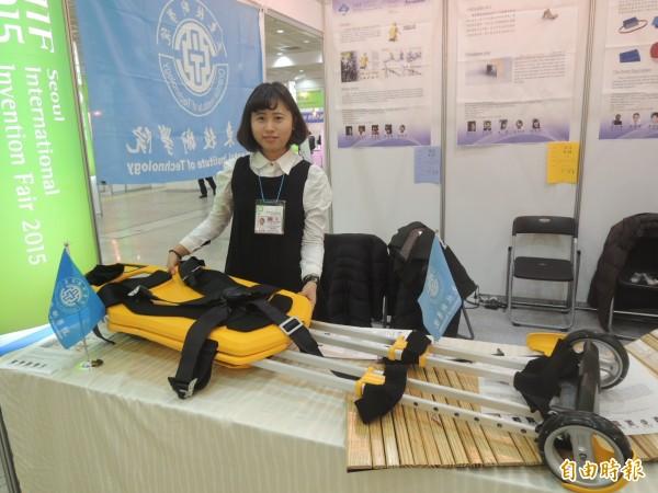 亞東技術學院研發的「即刻救援」張開有180公分高還有輪子,一個人就能推著走。(記者湯佳玲攝)