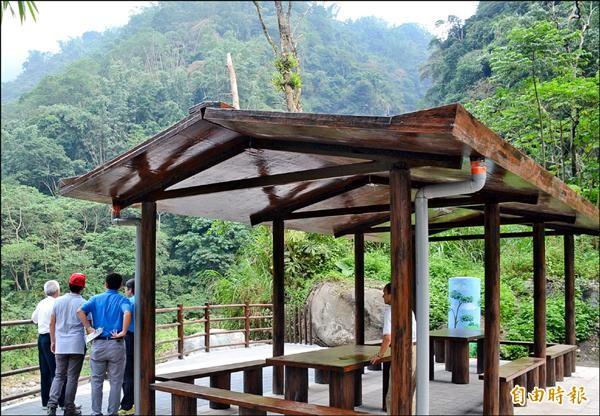 園區涼亭可提供遊客休息並遠眺高山美景。(記者謝介裕攝)