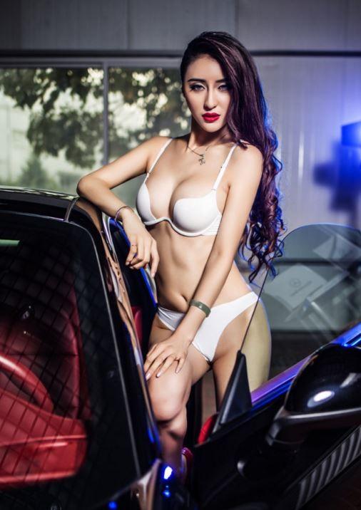 中國賽車女模「霍霍」近期拍攝一組尺度非常大的性感寫真。(圖翻攝自《新浪網》)