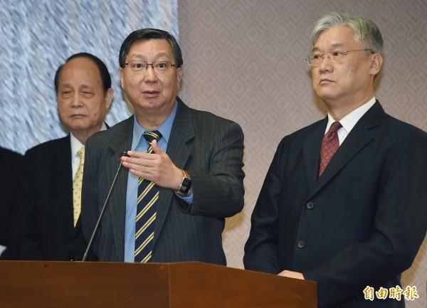 經濟部次長卓士昭(左)表示,在貨貿談判的進度方面,目前目標是在年底取得「重大進展」,但這不代表談判完成,這屆立法院會期應該不會簽字。(記者廖振輝攝)