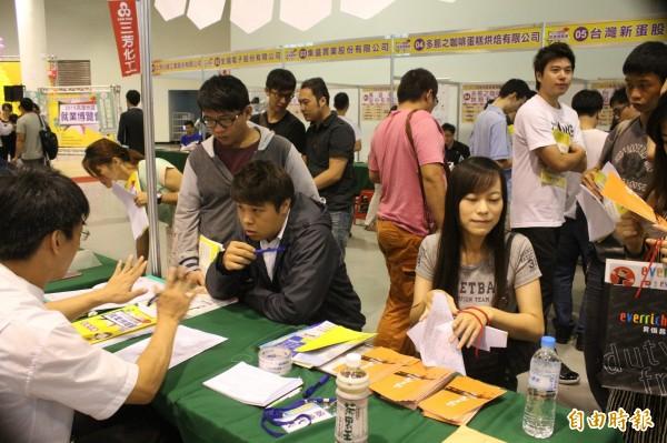 今年全台42萬的失業人口中,有約半數人曾有工作機會,但其中卻又有一半的人認為「待遇太低」,不願就業。(資料照,記者黃建華攝)