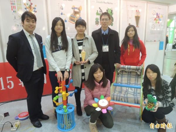 嶺東科技大學暨台中私立嘉陽高中合作研發多款玩具,令韓國首爾國際發明展充滿童趣。(記者湯佳玲攝)
